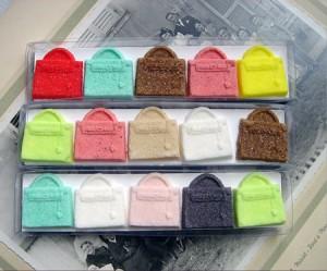 azucarillos de colores con forma de bolsos