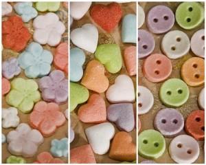 azucarillos con forma de flores, corazones y botones