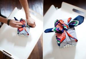 Paquete regalo envuelto con furoshiki