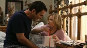 Claire abre el regalo