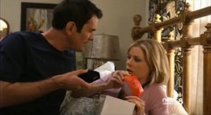 Phil muestra a Claire la sorpresa del visor