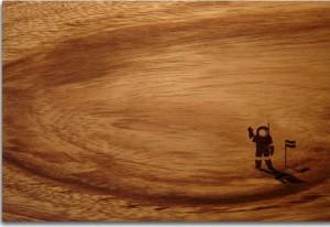 tabla de madera ilustrada con un astronauta