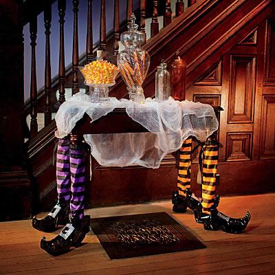 Decoración Halloween, piernas de bruja y patas de mesa