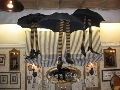 Decoración Halloween, bruja saliendo de paraguas