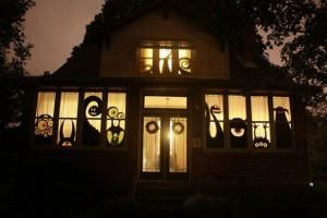 Ventanas decoradas con monstruos en Halloween